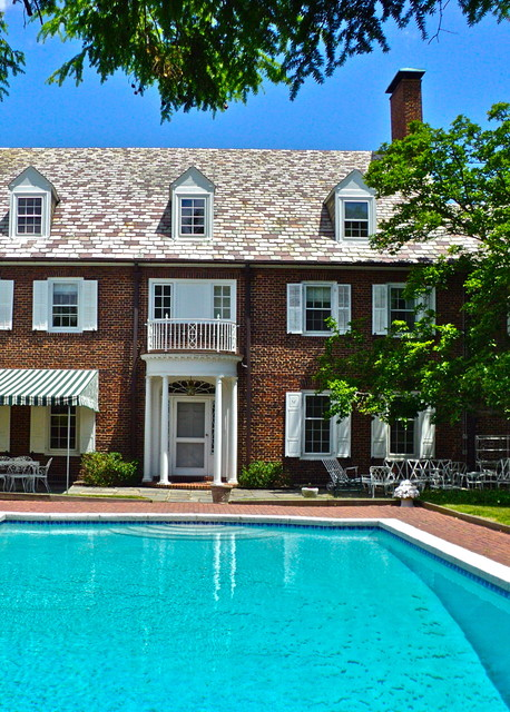 General Shale Brick Pool Traditional with Arched Window Exterior Grass