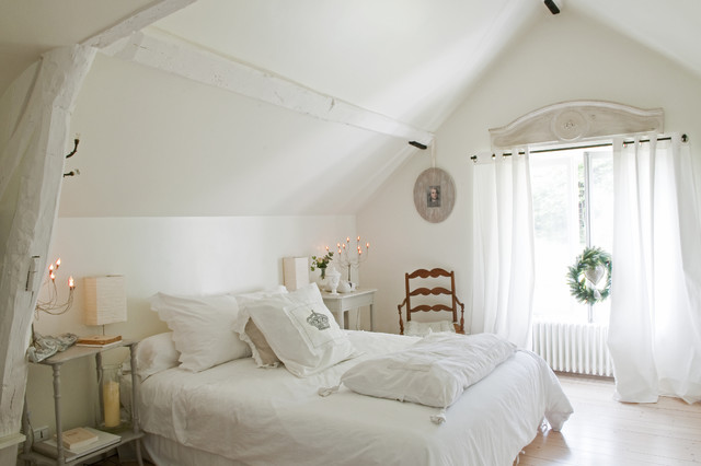 billows electric Bedroom Shabby-chic with blanc cathedral ceiling chaise