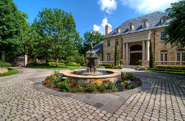 Cobblestone Pavers Landscape Traditional with Aquatic Bark Mulch Circular