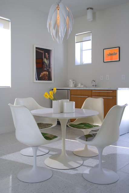 saarinen table Dining Room Modern with chair pads eat-in kitchen
