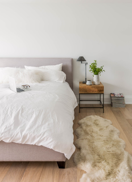 White Fluffy Rug Bedroom Scandinavian with Blond Wood Natural Grain